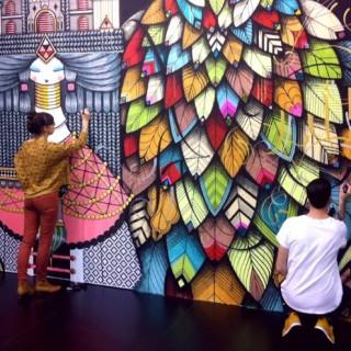 Konstnärerna Koralie och SupaKitch uppför ett verk i Tyskland. Källa: www.goteborg.com