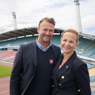 Pierre Edström, klubbdirektör i ÖIS fotboll, och Lotta Nibell, vd på Got Event, framför Ullevi i Göteborg