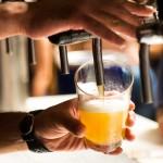Njut av öl på festival